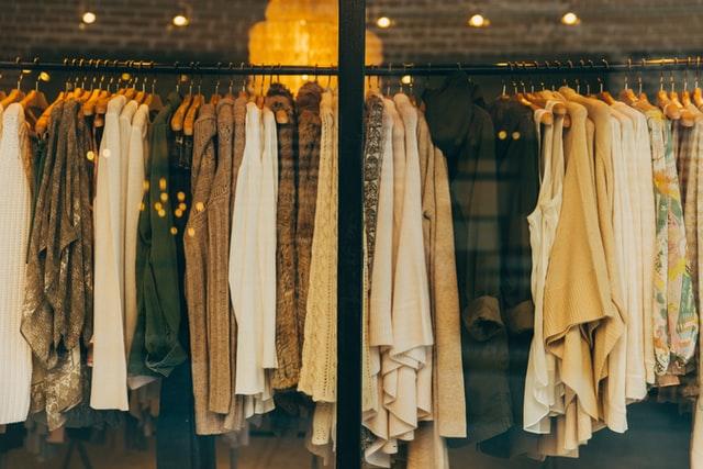 Rób zakupy odzieżowe świadomie – zadbaj o środowisko naturalne!